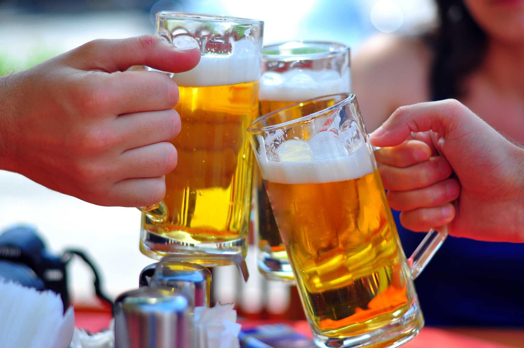 Nằm mơ thấy uống bia đánh số gì? Có điềm báo gì?